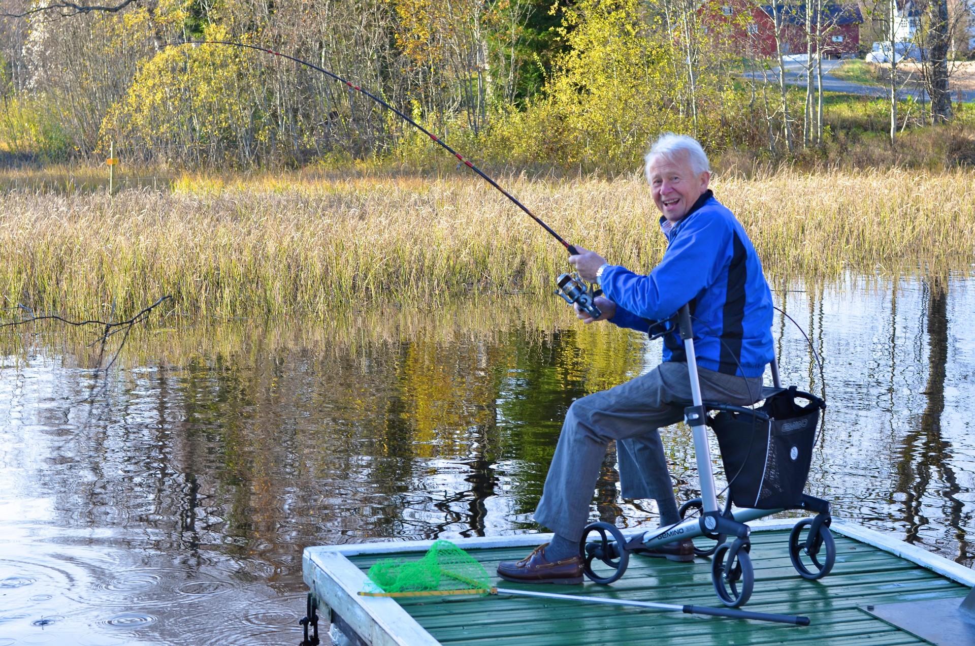 Man met Gemino 30 rollator vrolijk aan het vissen