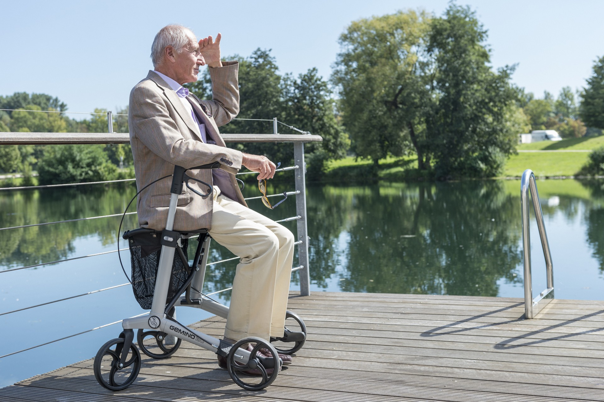 Gemino 30 rollator in zilver van Sunrise Medical buiten