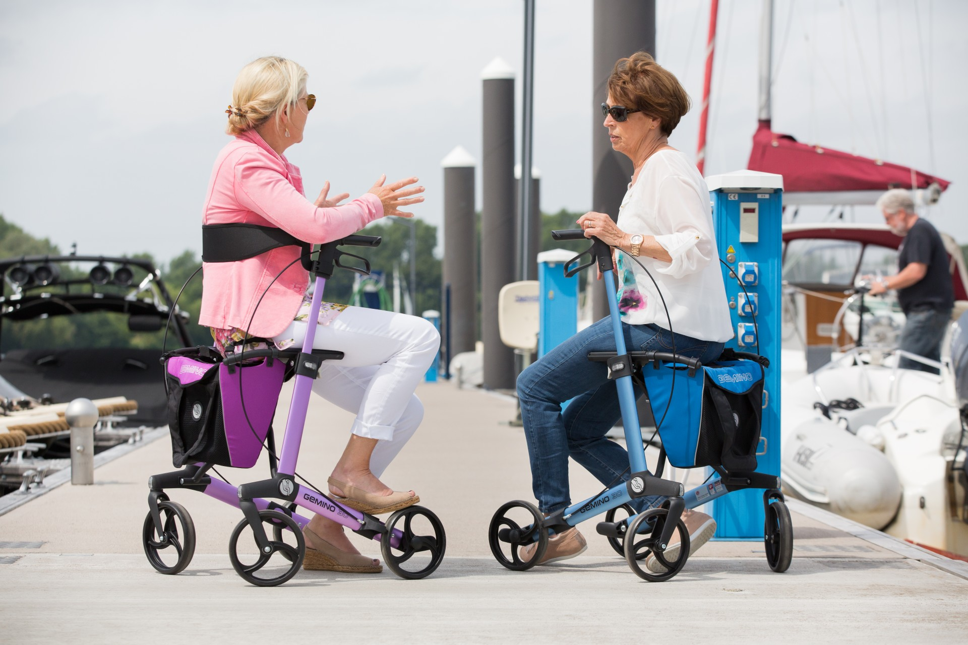 Gemino 30 rollators van Sunrise Medical in roze and blauw met tas en rugsteun