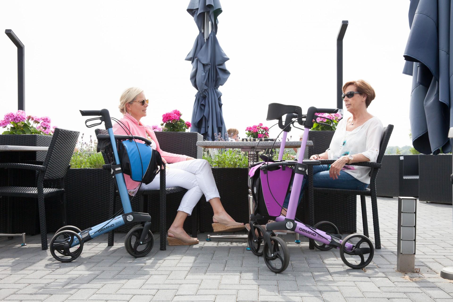 Gemino 30 rollators van Sunrise Medical in roze and blauw met tas en rugsteun