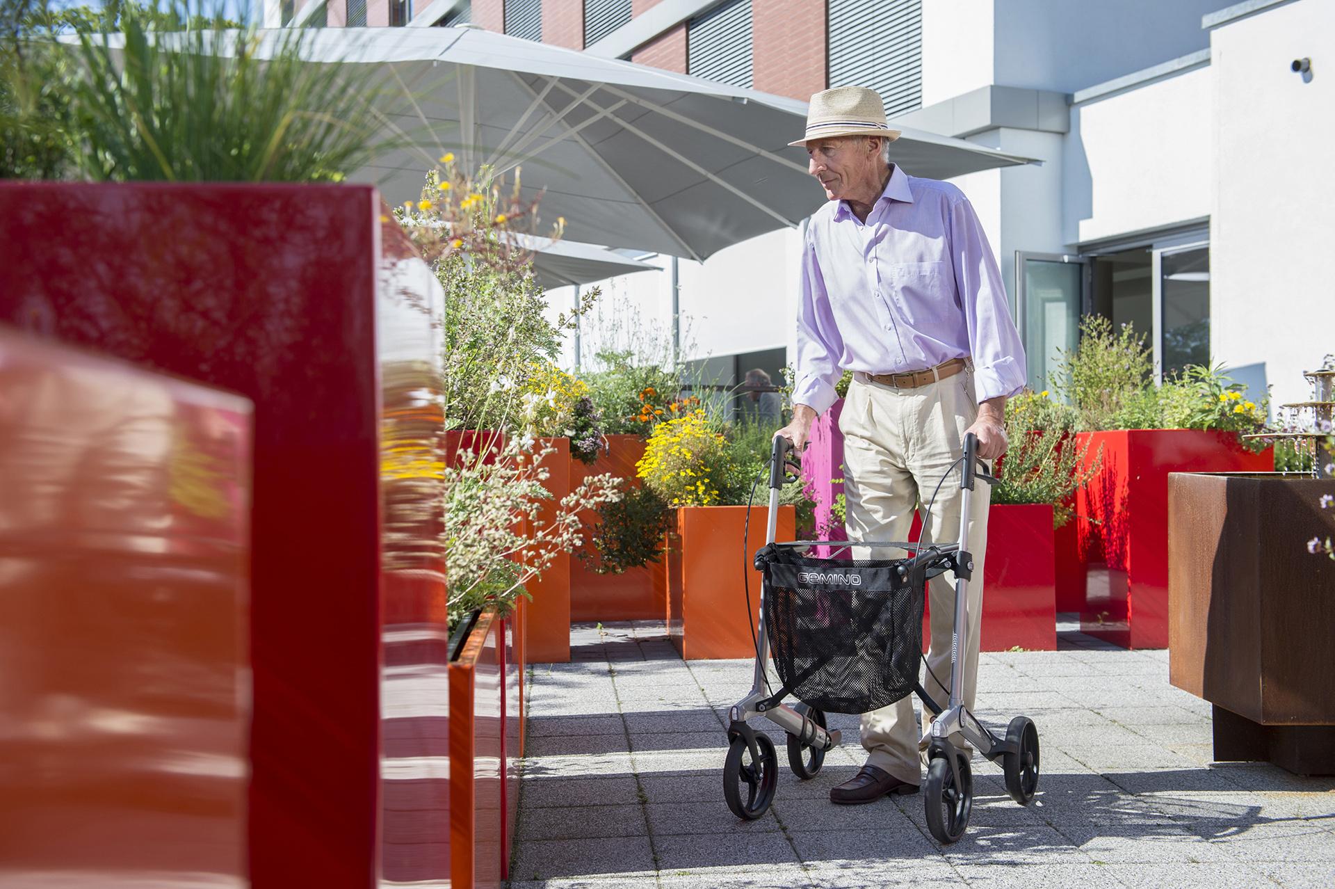 Man met Gemino 30 Parkinsonrollator van Sunrise Medical